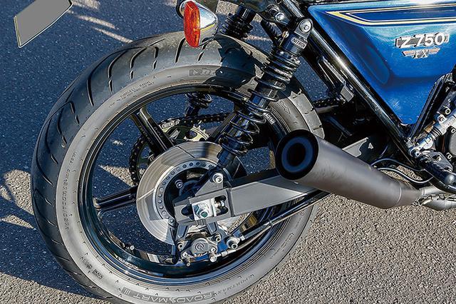 画像: PMC・DRAFTタイプ1スイングアームも共通仕様だが、こちらのマフラーはスピードショップイトウ製スチールメガホン、ステップもSSイトウ製だ。