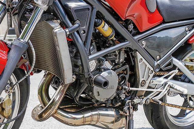 画像: エンジンはR1-ZノーマルをOXレーシングでフルオーバーホール。キャブレターはOXレーシング・TMφ30mmで、エアクリーナーボックスに加工を施す。
