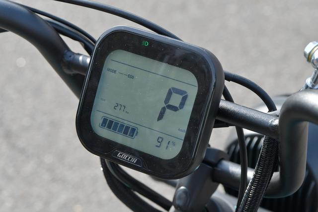 画像: P表示はパーキング。液晶上部枠外にはインジケーターが表示される。