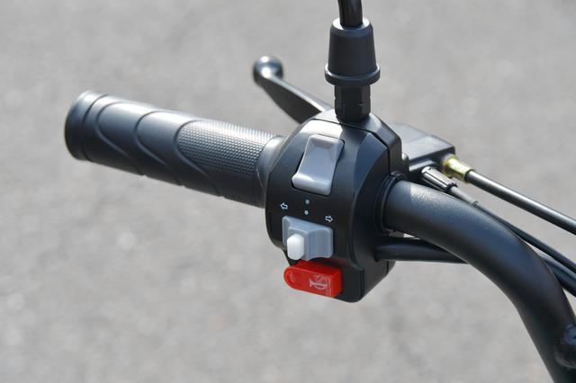 画像: 左側には、プッシュキャンセルウィンカー、ホーン、ヘッドライトのハイロー切り替え。
