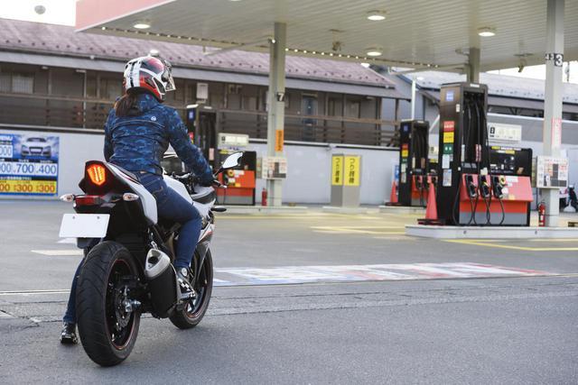 画像: ガソリンスタンドでのセルフ給油、バイクは給油機の左右どちらに停めた方がいい? - webオートバイ