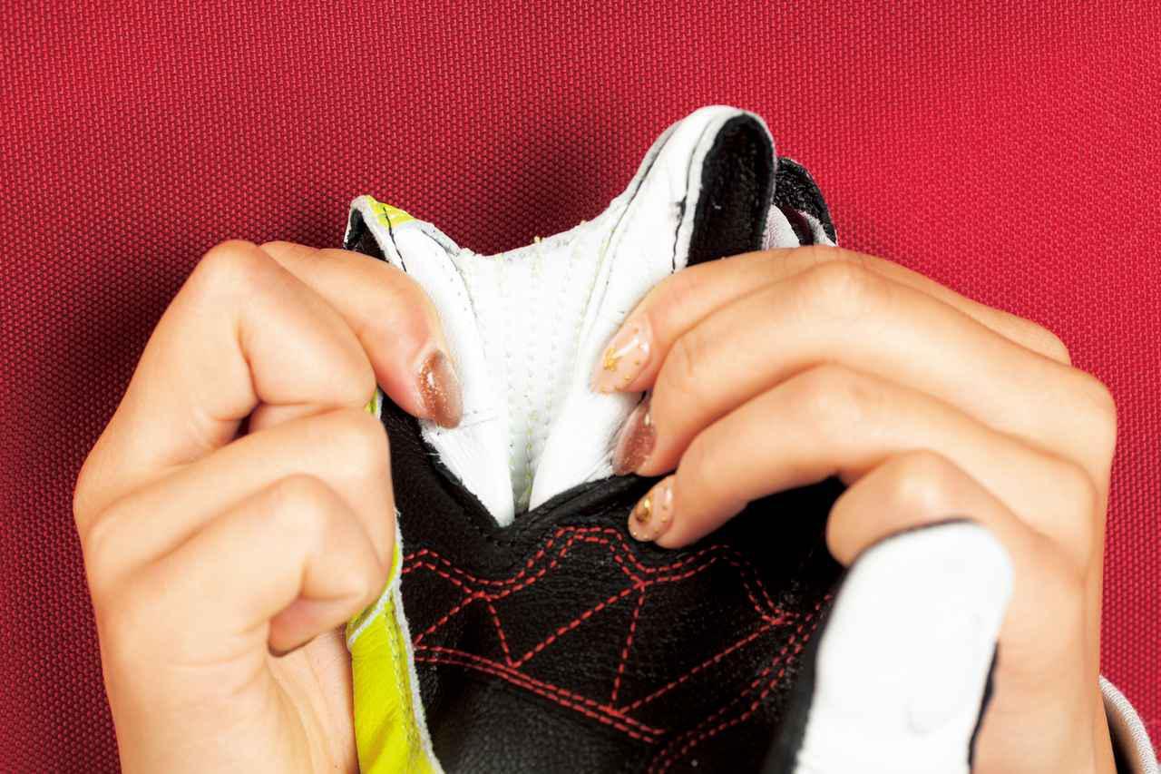 画像: 別々に動かすことがない小指と薬指は転倒時の怪我を防ぐために革で繋がれている。レース用らしい工夫だが、街乗りでも違和感はなかった。