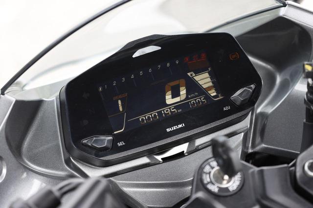 画像: フル液晶のディスプレイを採用したメーターは、ギアポジション表示、バーグラフ式タコメーター、オド&ツイントリップ、シフトアップランプなどを備える。