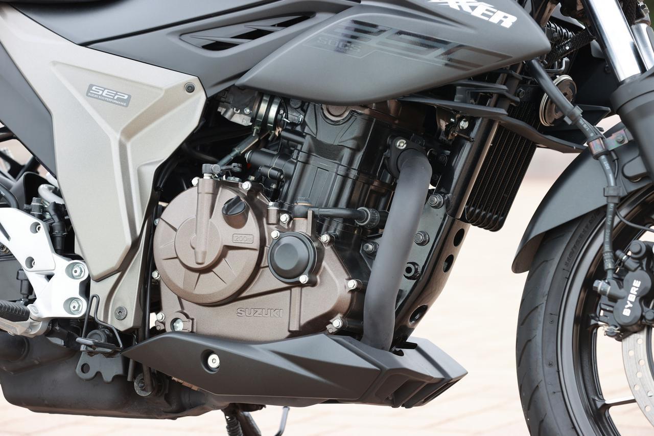 画像: スズキ得意の油冷エンジンは、80年代のスーパースポーツ用ではなく、高出力を求めない仕様。とはいえ26PSを発揮し、GSX250Rよりもキビキビ走れる印象。低回転トルクも太く、ジクサーの次のモデルへの転用にも期待したい。