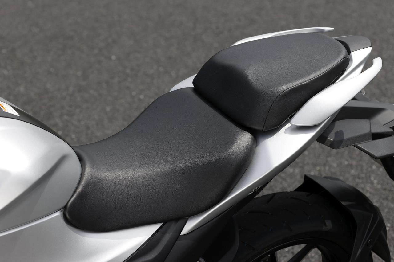 画像: 段差のある前後セパレートシートはソフトで厚めのクッションを採用。キーオープンでタンデム部を取り外すとフック式のヘルメットホルダーが現われる。