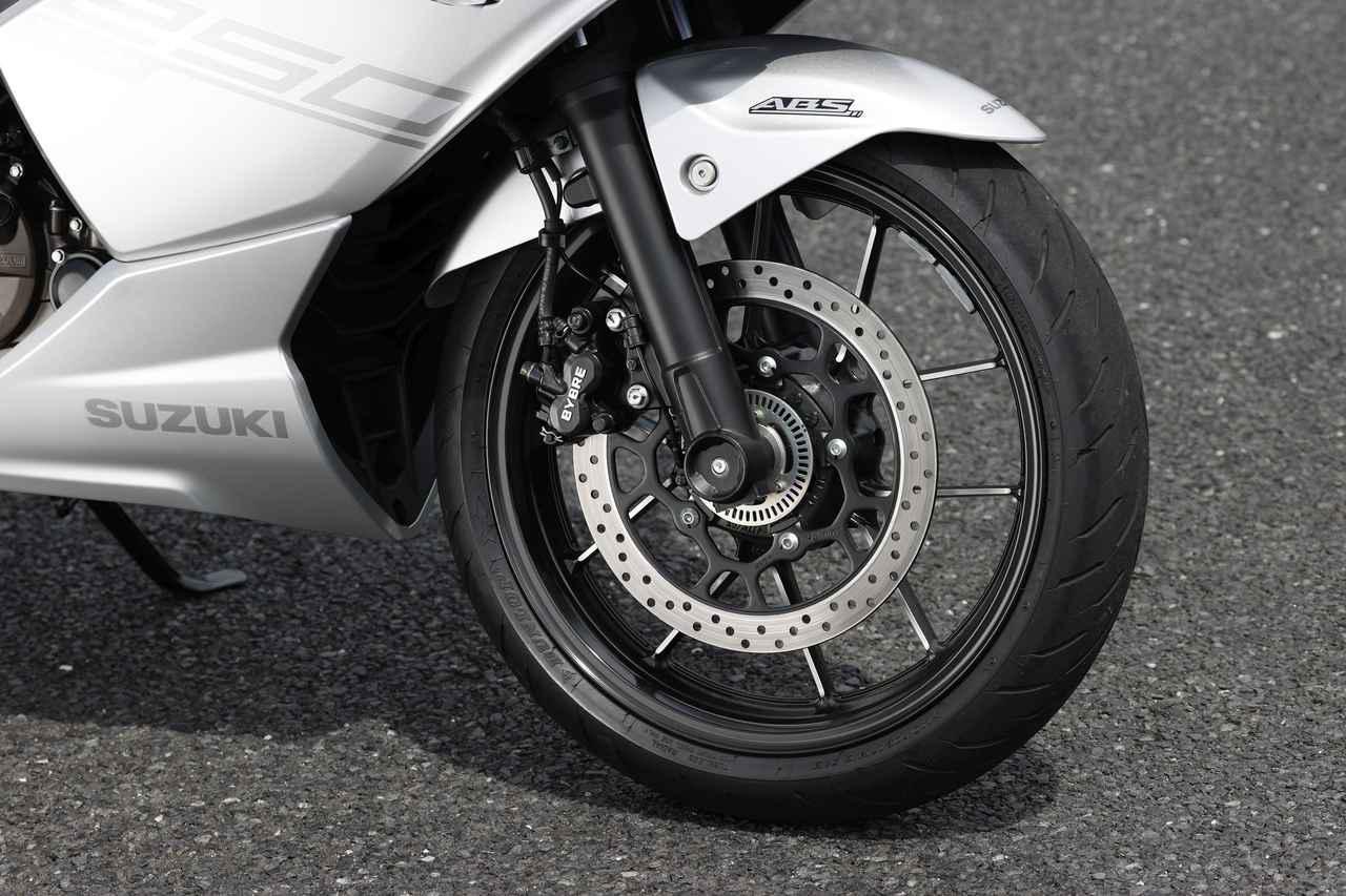 画像: 新設計のΦ41mmの正立フォークにΦ300mmローター+バイブレ製2ピストンキャリパーを標準装備したシングルディスク。タイヤは前後17インチのラジアルGPR300。