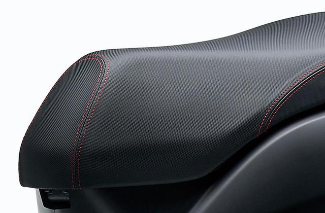 画像: ジョグデラックスのシートはダブルステッチを採用。