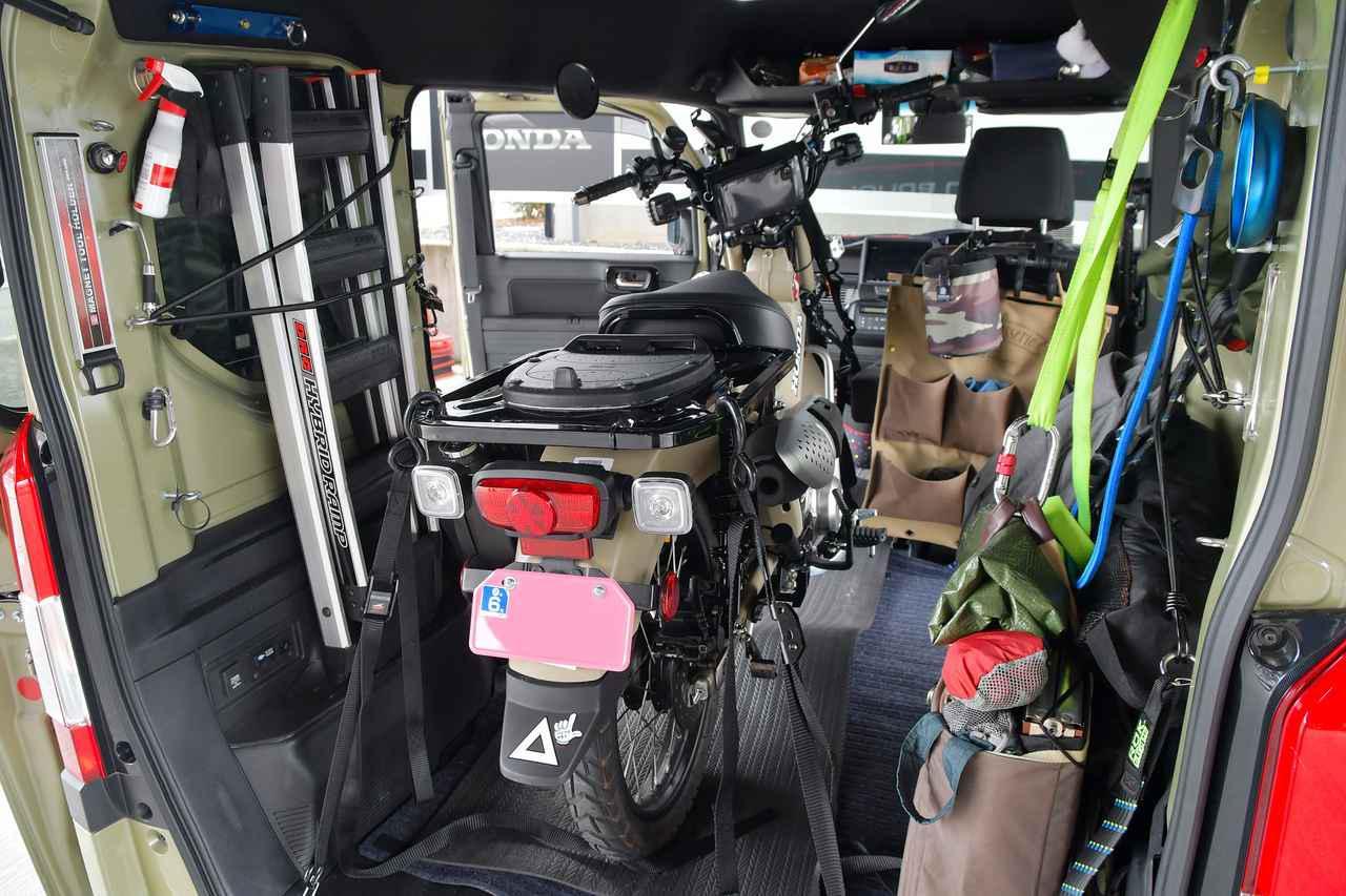 画像: N-VANにCT125・ハンターカブを積載した例(イメージ) 写真〈若林浩志のスーパー・カブカブ・ダイアリーズ〉より www.autoby.jp