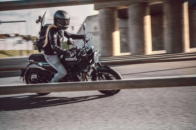 画像: Husqvarna Motorcycles Svartpilen125 総排気量:125cc エンジン形式:水冷4ストDOHC4バルブ単気筒 シート高:835mm 車両重量:約146kg(燃料除く) メーカー希望小売価格:税込53万9000円