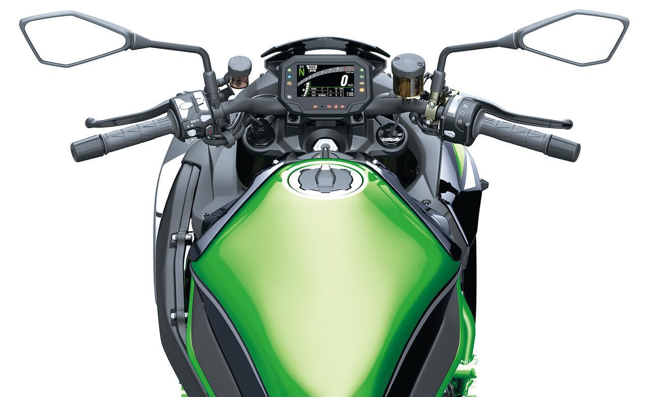 画像: フラットでワイドなハンドルバーなど、ゆったりとしたライディングポジション設定となっていて快適にライディングを楽しめる。