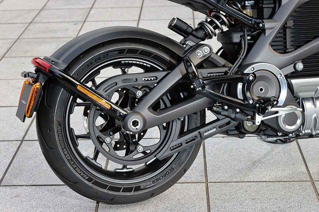 画像: リアサスもショーワ製でBFRCライトを採用。後輪の駆動はベルトドライブでナンバープレートホルダーはスイングアームマウントだ。