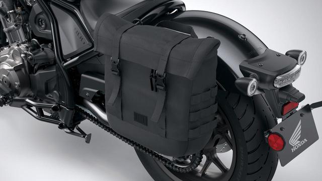 画像: サドルバッグ(左側:税込19800円/右側:税込17600円) サドルバッグを左右に設定。ソフトタイプだがショートツーリングや街乗りに重宝する。