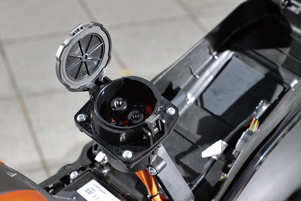 画像: タンク部分の普通充電(J1772)に加え、シート下には急速充電規格・CHAdeMOチャデモに対応するソケットを日本専用に用意。