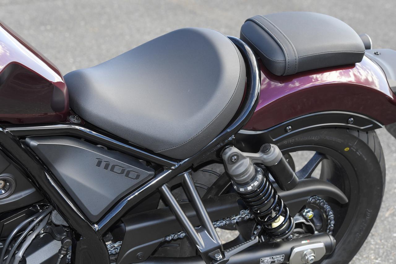画像: レブル250と同様サドルタイプのシートを採用。加速時にはライダーをホールドし、ツーリングでも快適なクッション性を持たせている。