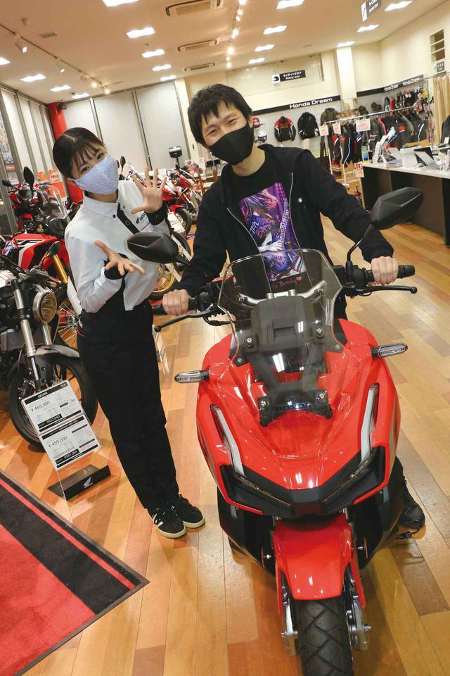画像: ジャパン・バイク・オブ・ザ・イヤー2020モニター当選者である藤原和将さんに納車させていただきました!ADV150のある生活を楽しんでくださいね〜!