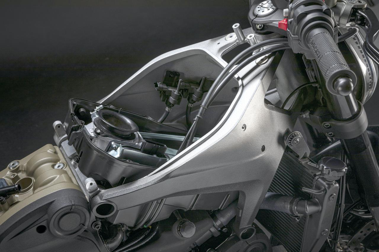 画像: パニガーレV4と同じコンセプトのアルミ製フロントフレームは、前後のシリンダーヘッドに締結されフロントまわりを支える構造だ。