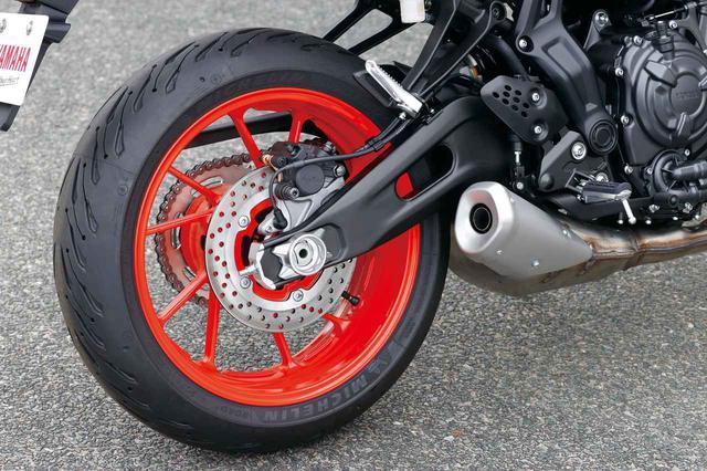 画像: φ245㎜のリアブレーキローターはMT-09用と同じもの。標準装着されているタイヤはミシュランのロード5だ。