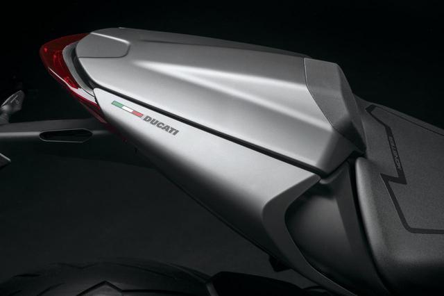 画像: 「モンスター・プラス」はパッセンジャーシートカバーとマイクロビキニカウルを装備したスポーティなタイプ。カラバリはSTDと共通だ。
