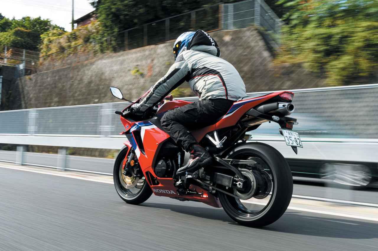 画像: ▲「新型CBR600RRは、高速道路で矢のように真っ直ぐ走りますね!」と、その直進安定性の高さを伊藤さんは大いに評価。横風などの外乱にも強いのは、新型の美徳でしょう。