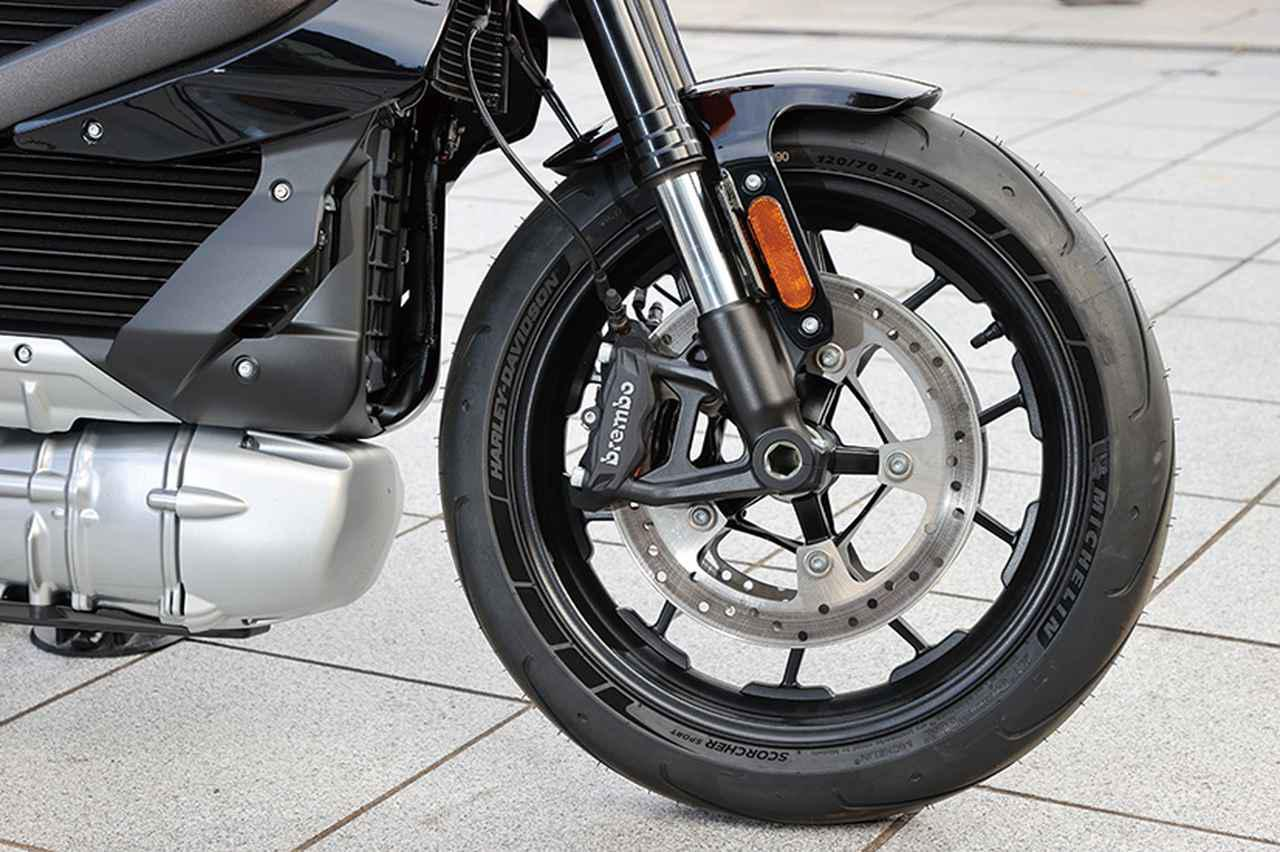 画像: Φ300mmディスクにブレンボ製モノブロックキャリパーを採用。サスペンションはショーワ製のSFF-BPとスポーツバイクとしての装備も充実。