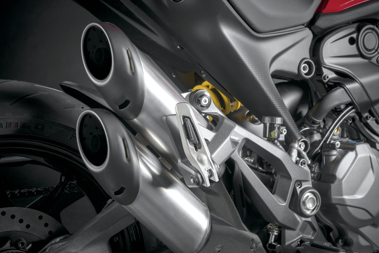画像: 2本出しのサイレンサーがアグレッシブな印象。カーボン製エンドキャップを備えたテルミニョーニ製サイレンサーもアクセサリー設定する。