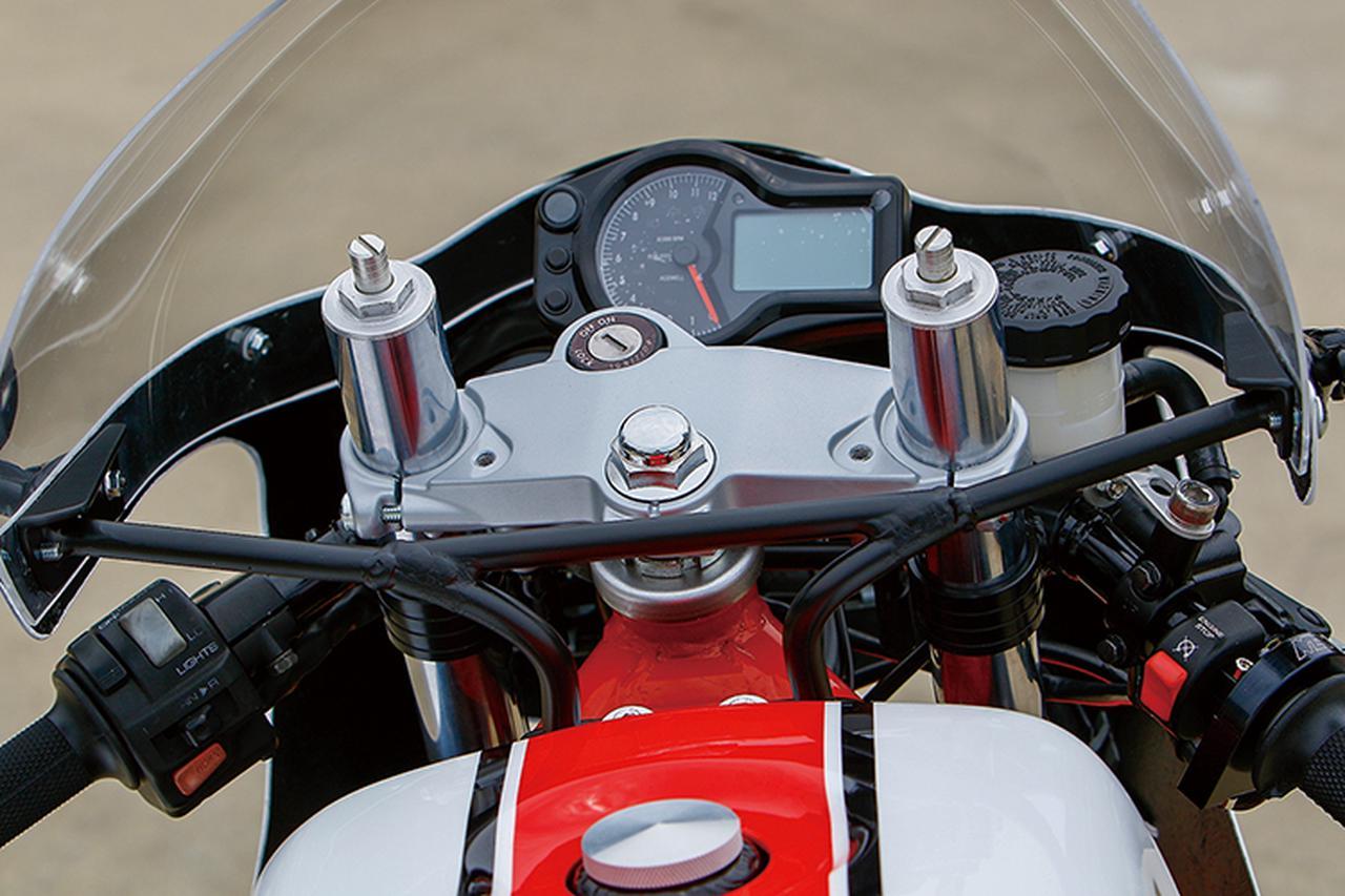 画像: R1-Zノーマルのトップブリッジ下に、ハリケーン製セパレートハンドルをマウント。ワンボディ多機能タイプののメーターはAcewell製だ。