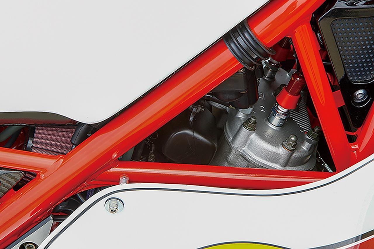 画像: フレームの隙間から覗くキャブレターはR1-Zのノーマルで、エキゾーストチャンバーはK2tec製を組み合わせている。