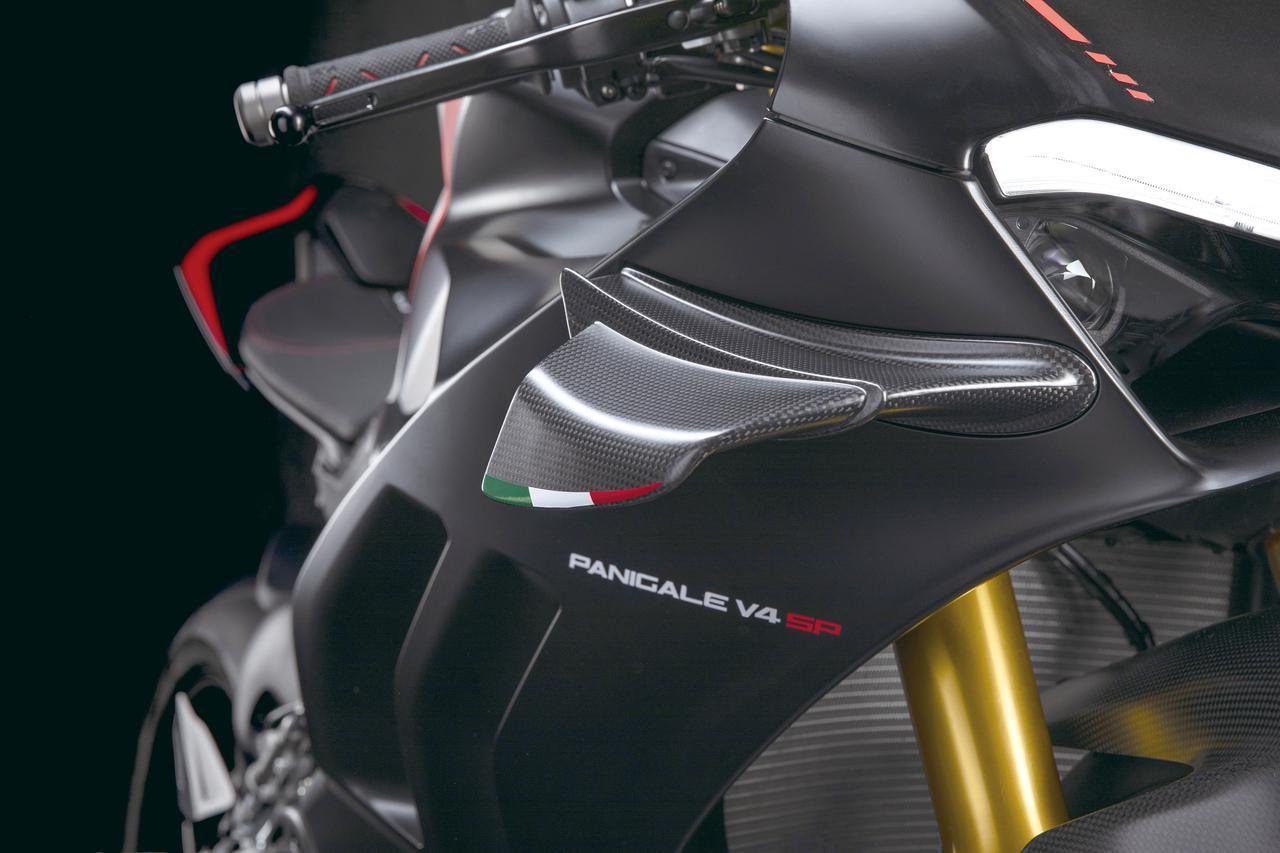 画像: MotoGPのダクトタイプよりも効果があるとされるウイングを装備。素材はカーボンファイバー製でイタリアの国旗模様が配されている。
