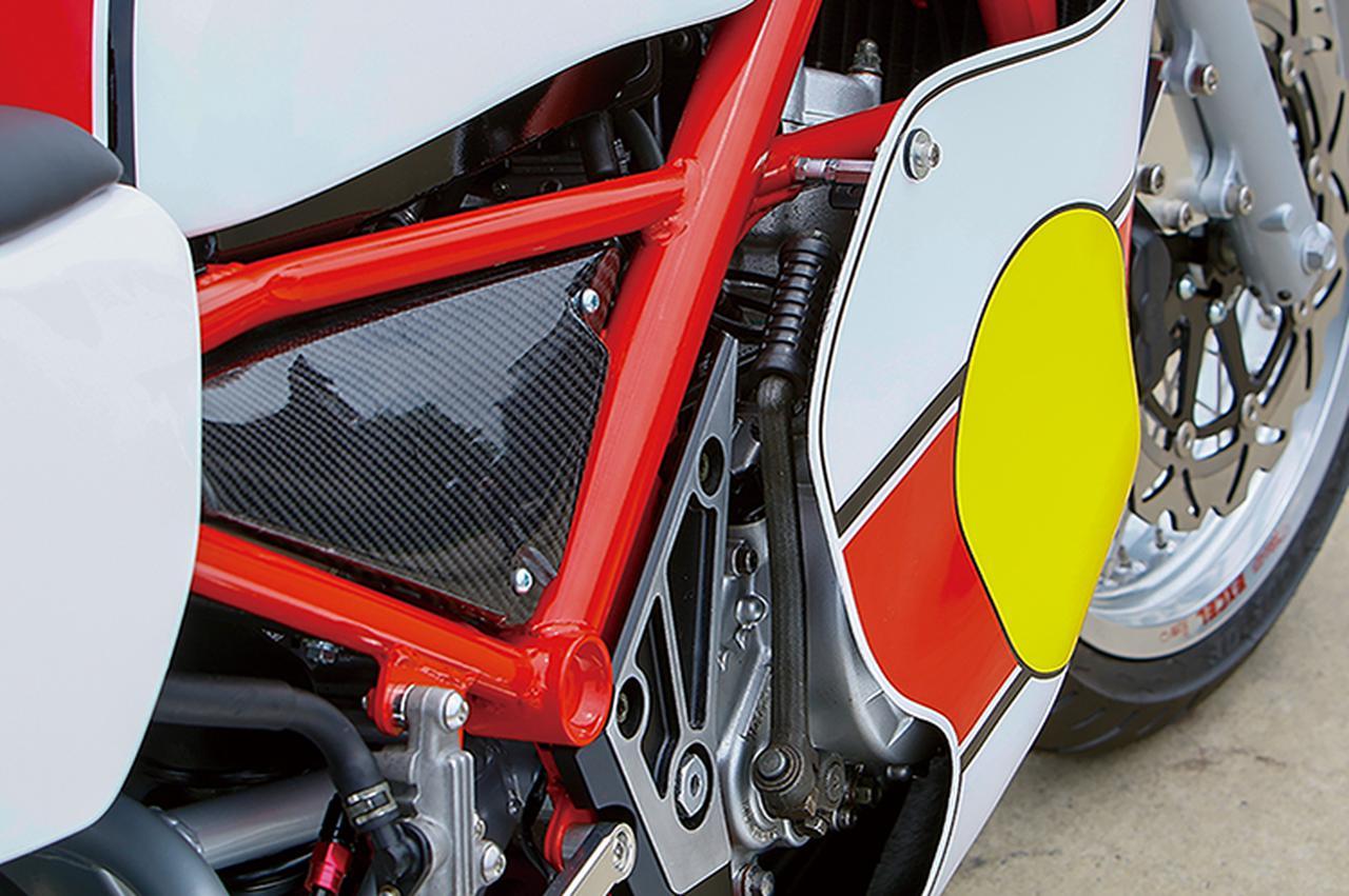 画像: エンジンはR1-ZをフルO/Hして搭載。フレームはR1-Zをベースにハンドルストッパー/ロック加工を施し、TZ同様の赤にパウダーコートする。