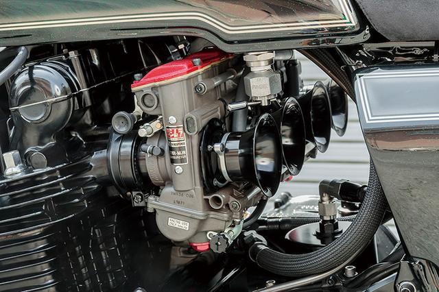 画像: ガンメタリックボディ×レッドキャップのキャブレターはTMR-MJNφ36mmデュアルスタックファンネル仕様。燃料コックはピンゲル製。