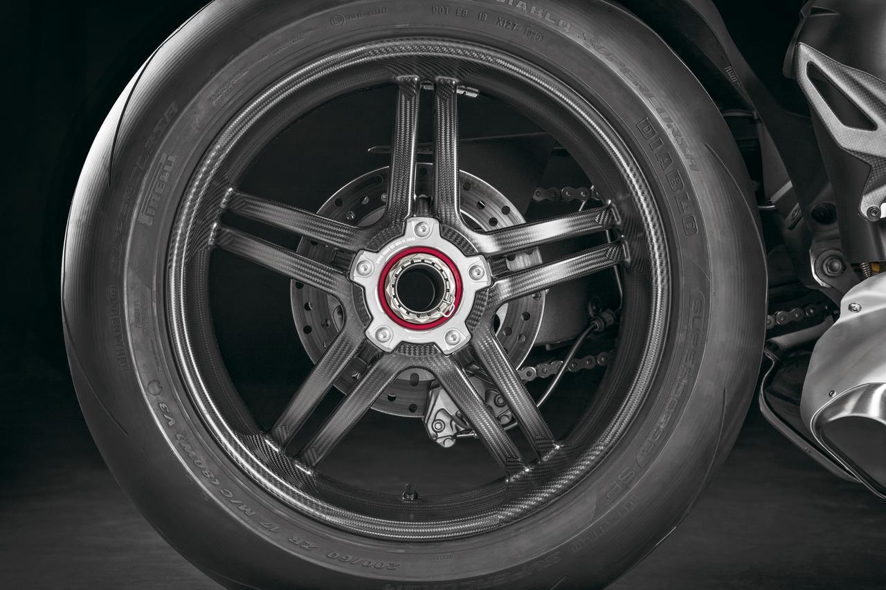 画像: 高強度カーボン製ホイールは5本スプリットスポークでスーパーレッジェーラV4と同じデザイン。ハブはアルミ製の複合構造だ。