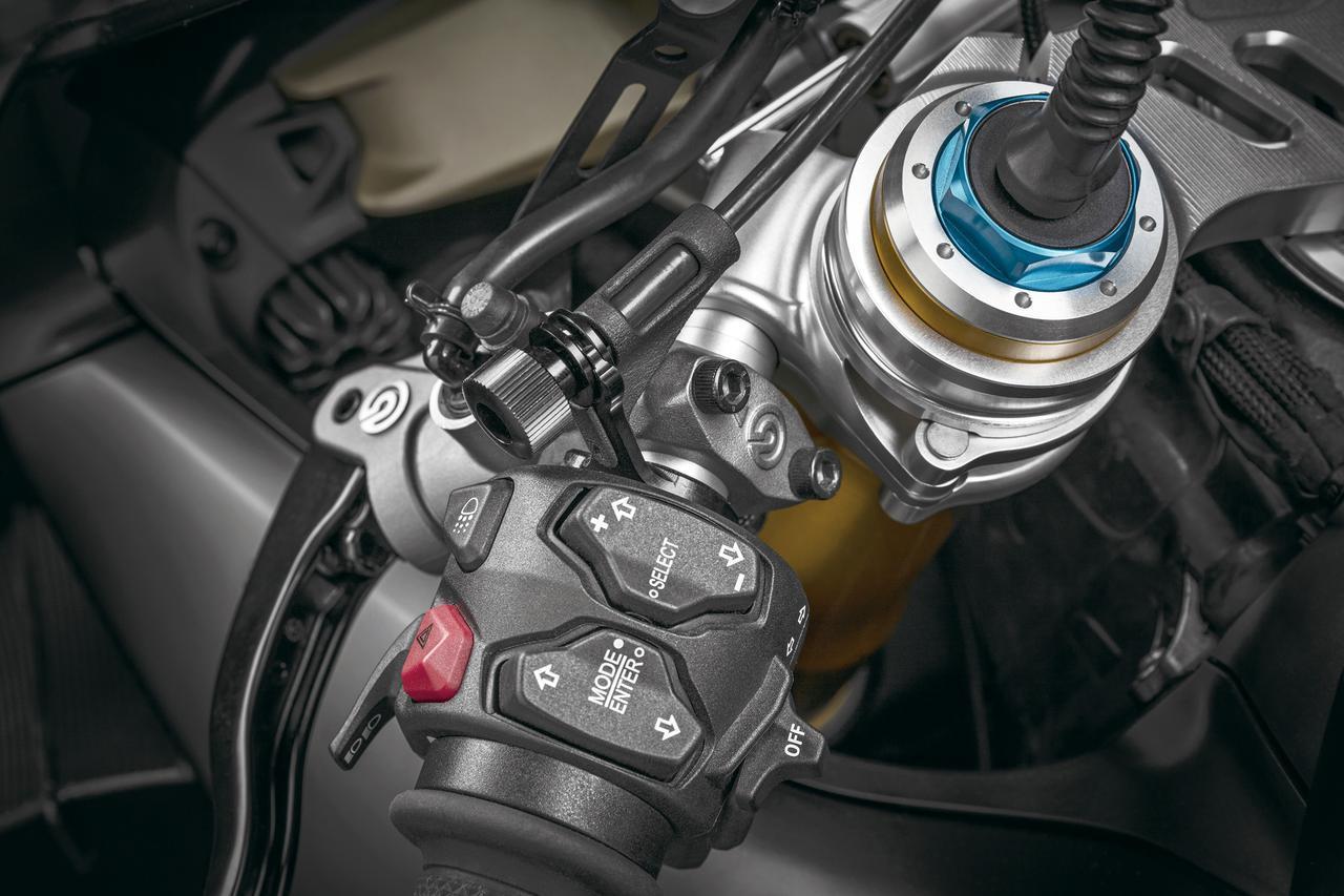 画像: フロントのマスターシリンダーにはリモート調整機構が装備されており、左グリップのノブを操作することでレバーの位置を調整できる。