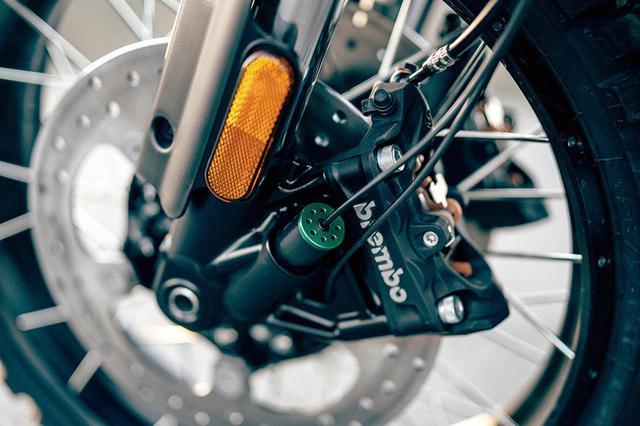 画像: キャリパーはブレンボのラジアルマウント、タイヤはミシュラン。電子制御サス採用と思われるケーブルがフォークから伸びている。
