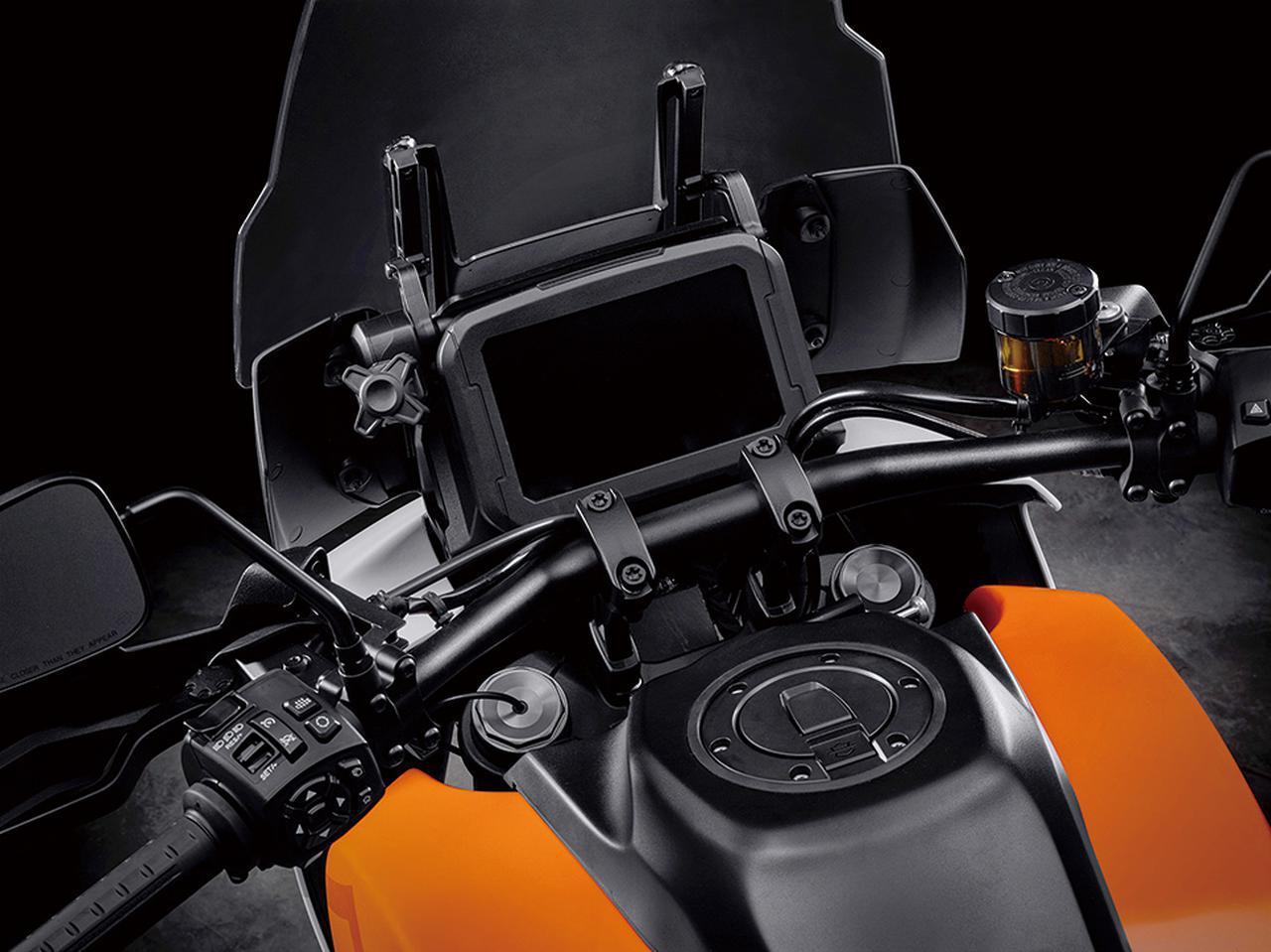 画像: 大型TFT液晶メーターを採用。ライディングモードやトラクションコントロールなど、電子制御デバイスも搭載するものと思われる。