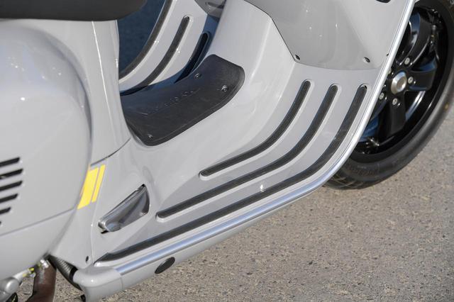 画像: レッグシールドからフロアボードにかけて3本のスリットが入れられているが、単なる滑り止めというだけではない、シンプルで機能的なベスパらしい遊び心を感じさせるデザインだ。