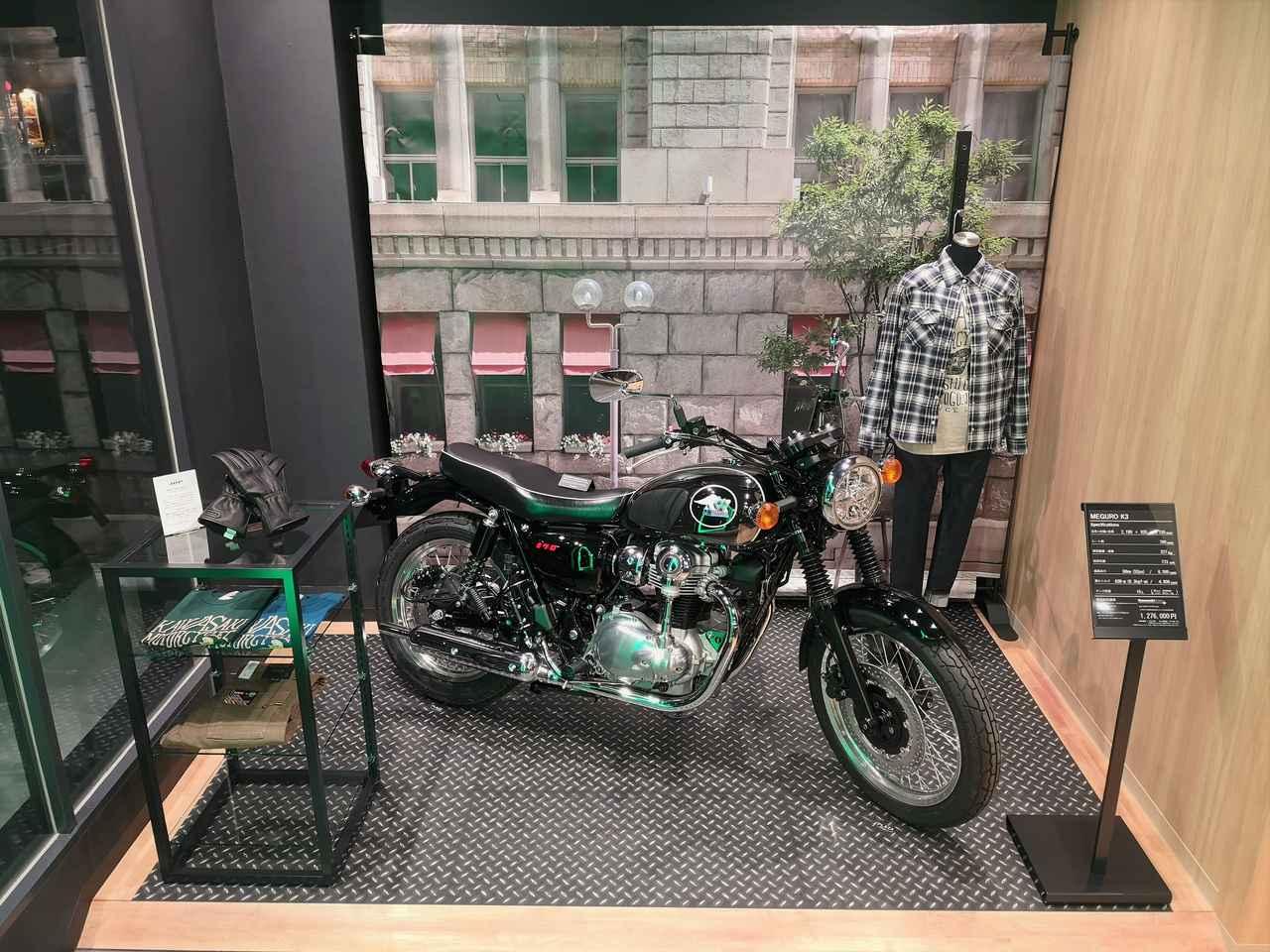 画像: ライフスタイル展示コーナーでは、最新モデルとオリジナルアパレルをコーディネートしてモーターサイクルライフを提案する。