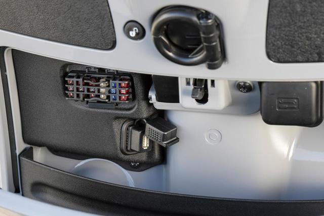 画像: フロントトランクの内部にはUSB給電ポートも備えていて、スマートフォンをはじめとする、さまざまな機器の充電・給電に使用できる。