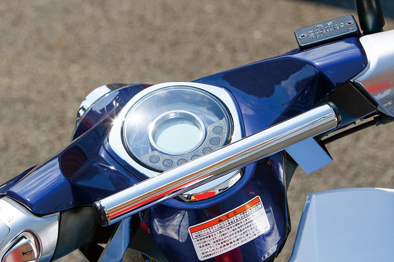 画像: コクピットのライダー側にはねガジェット類を装着できるスチール製のハンドルマウントステー(7000円+税)も装備される。