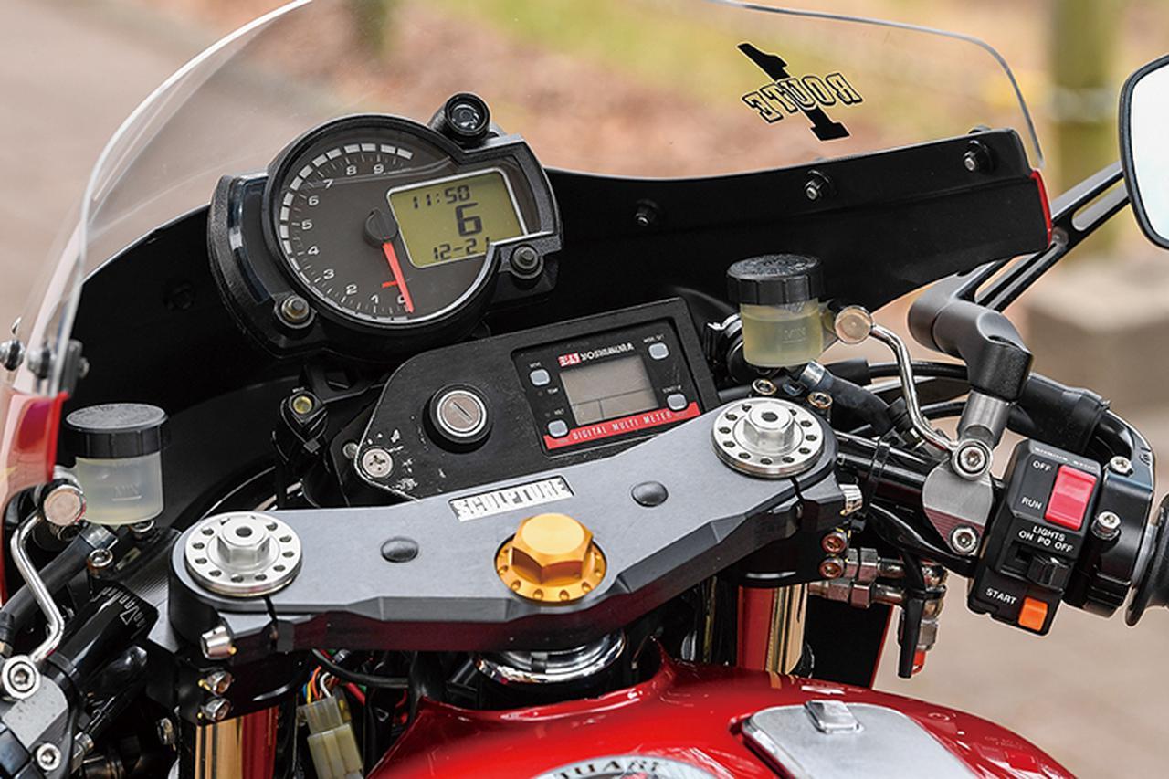 画像: ワンボディのメーターはKOSOデジタルマルチメーターで、ヨシムラマルチテンプメーターを追加する。セパレートハンドルとミラーはデイトナだ。