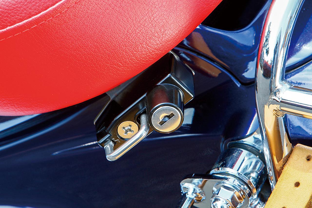 画像: シート左後ろには、キジマの定番アイテムと言えるヘルメットロック(3500円+税)も装着して、普段使いなどでの利便性をアップする。