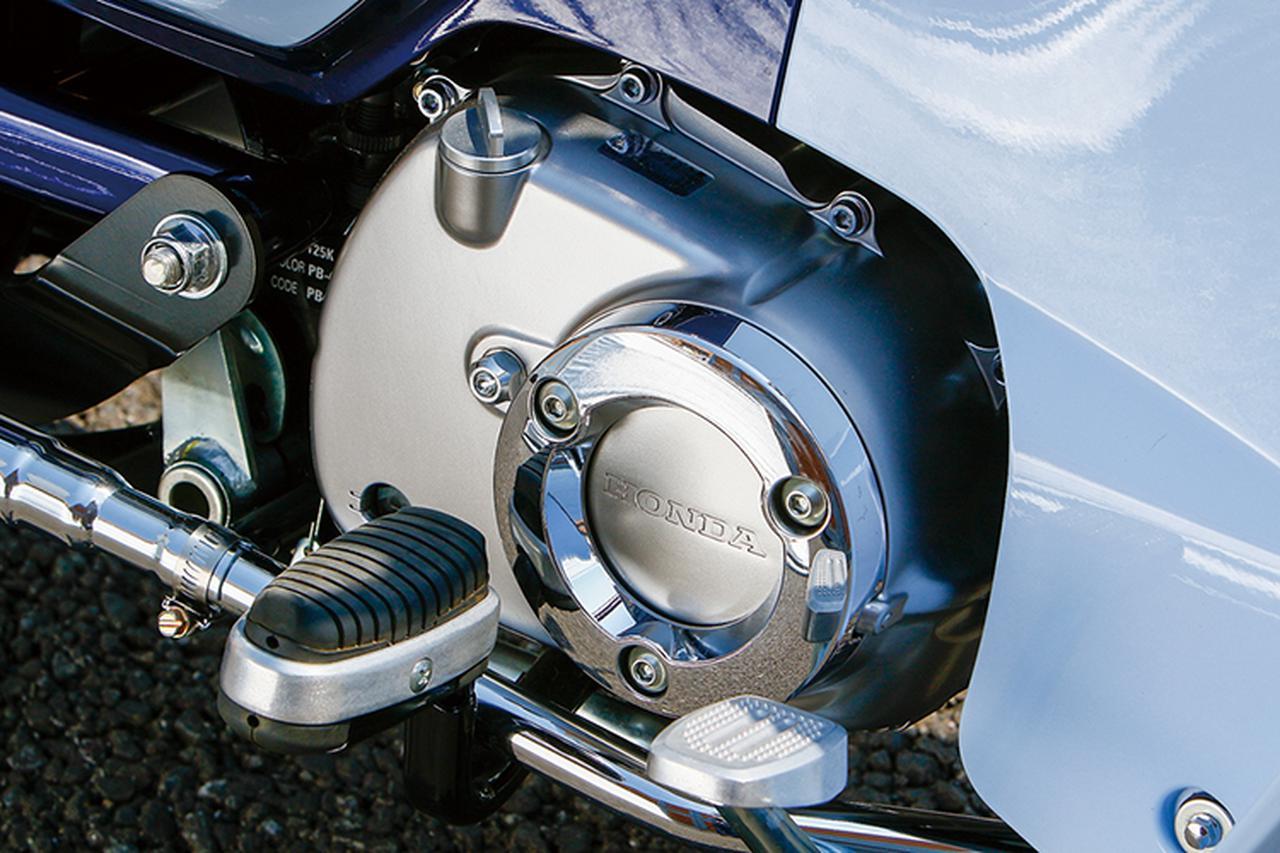 画像: エンジンまわりではアルミ製でワイヤロックも可能なオイルフィラーキャップ(M20×P2.5)を装着。赤、青、シルバー各1600円+税となっている。
