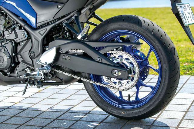 画像: 直押し式のモノクロスサスペンションを採用。MT-03は前後にラジアルタイヤを標準装着。タイヤはダンロップのGPR-300で、25同様ABSが標準装備となっている。