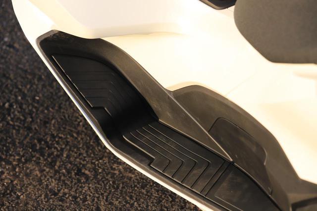 画像: フロアに刻まれたラインは、ポジションランプのラインと似たテイスト。