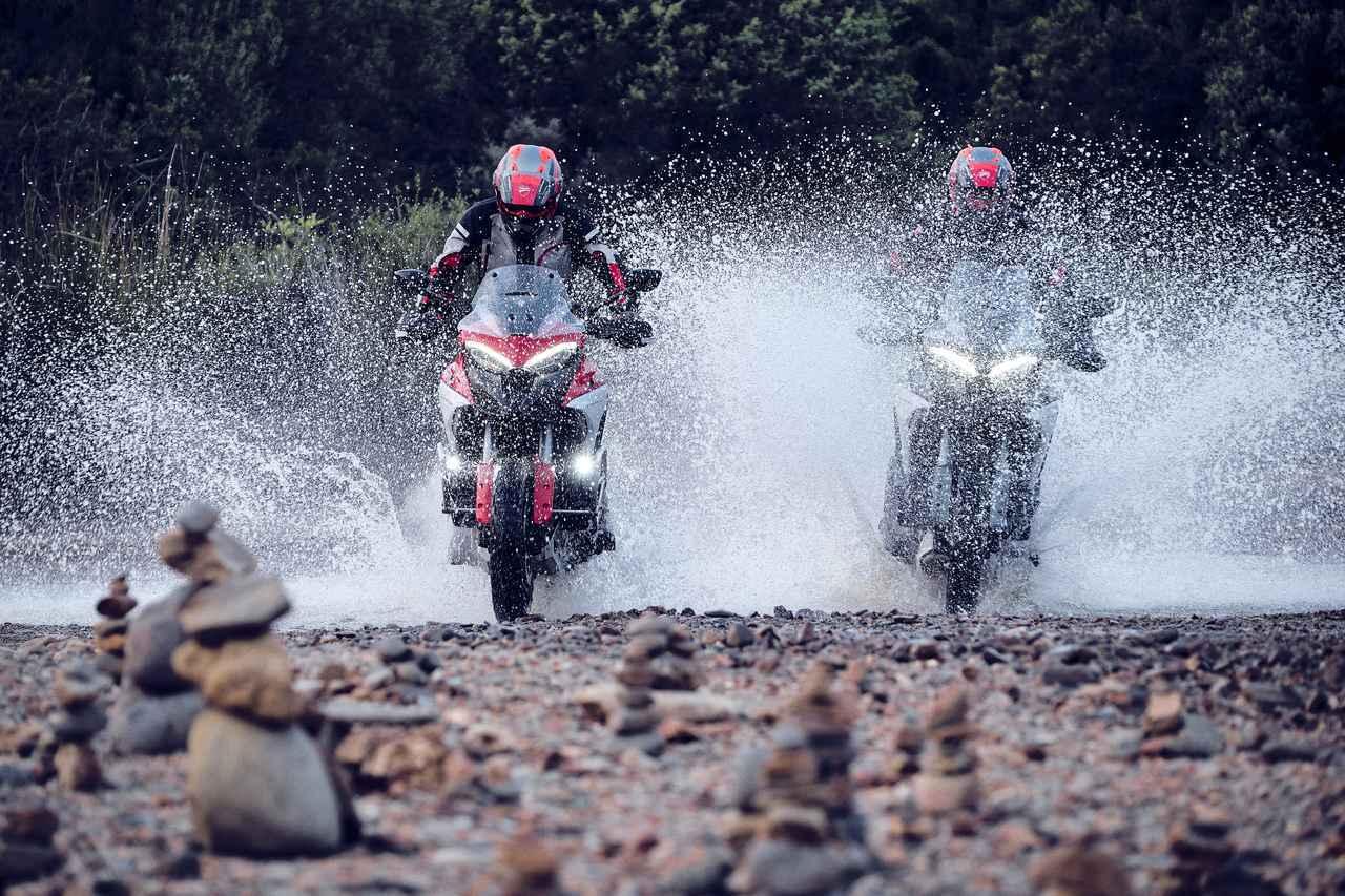 画像: 長旅でも安心ですね。エンジンがコンパクトになったことで、最低地上高を上げることができ、オフロードの走破性にも貢献しています。 www.ducati.com