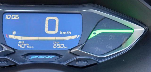 画像: ウインカーは緑色のライン状の表示が出て、目立ちます。消し忘れが多い人も安心。オートキャンセル機能は備わっていません。
