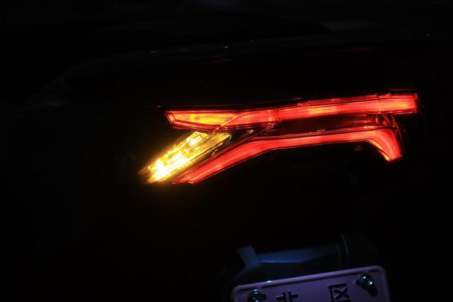 画像: テールランプは「X」型に光るのが先代からの特徴。より立体感を出し、被視認性を高めています。