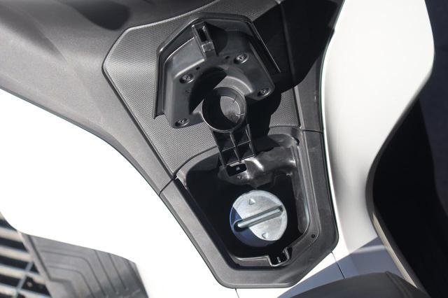 画像14: ホンダ新型「PCX」通勤インプレ! 街乗りを2週間してみて分かった2021年モデルの特徴|燃費・足つき・使い勝手をレビュー