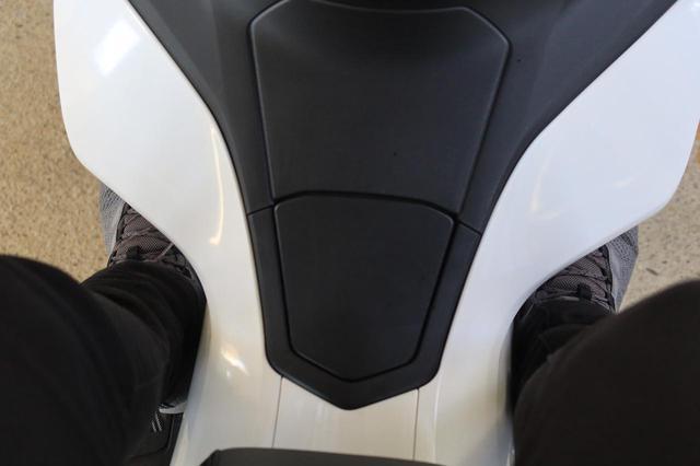 画像: 実際にこういった形状にすることで、雨の日に靴があまり濡れずに済みます。デザインと機能性を兼ねたPCXの特長です。