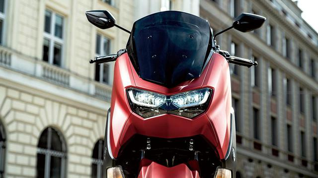 画像: 独特な表情を見せるヘッドライトは、従来モデルのNMAXのイメージを残しながら、LEDを採用して再デザインされたものだ。