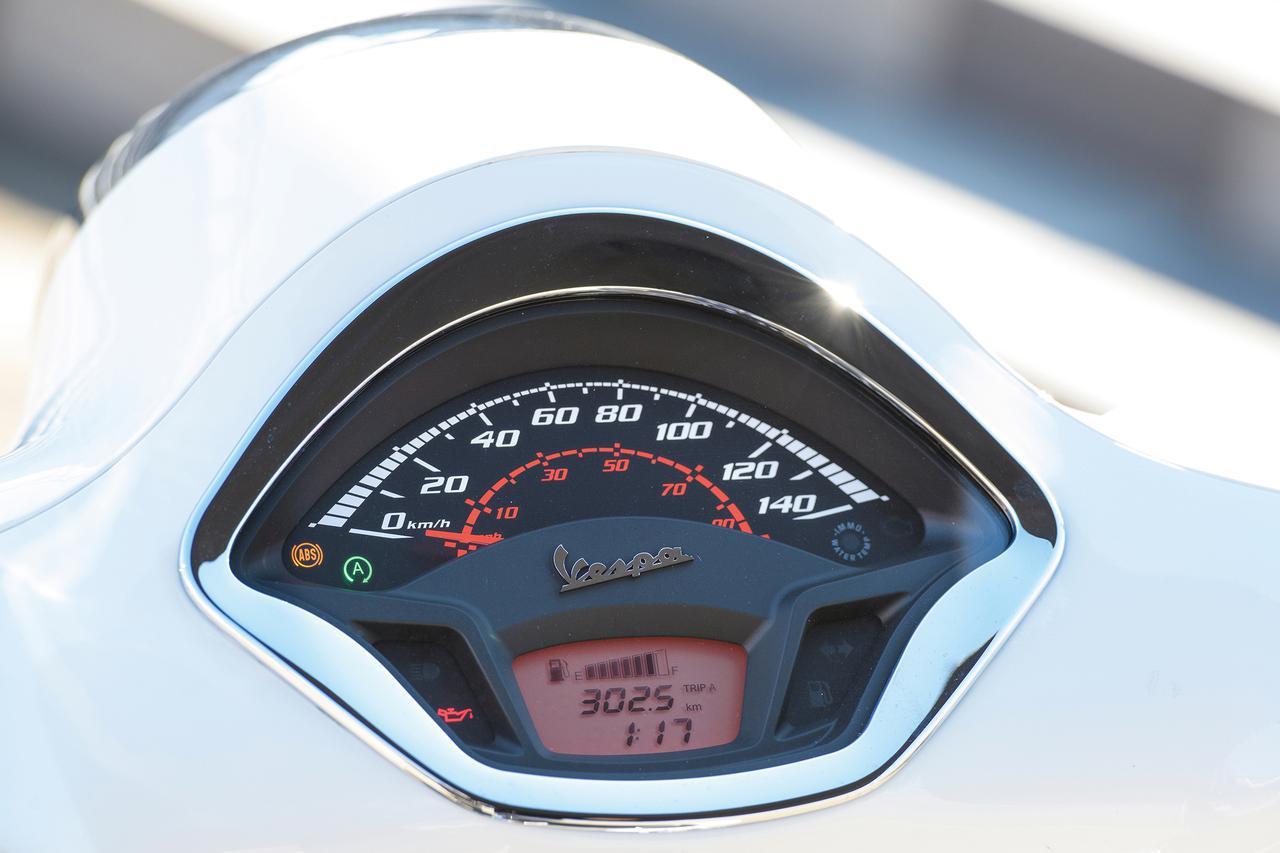 画像: 個性的な形状が目立つメーターパネル。140㎞/hスケールのアナログ表示スピードメーターの下に、バーグラフ式の燃料計や距離計、時計などが表示できる多機能の液晶パネルを合体させた、視認性に優れる機能的なコンビネーションデザイン。